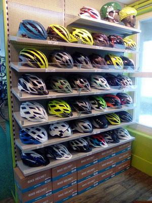 Im Veloatelier finden Sie eine grosse Auswahl an Zubehör, wie Velohelme, E-Bike Helme mit und ohne Visier etc.
