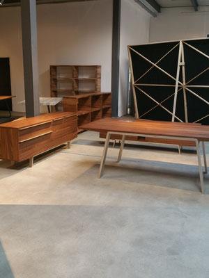 Holztisch mit Metallbeinen