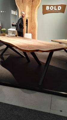 Holztisch mit Gestell