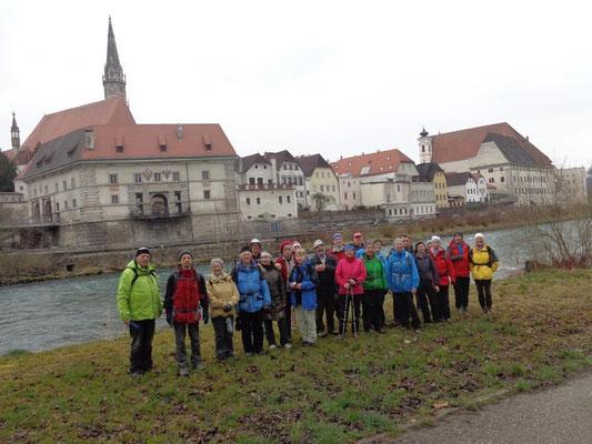 Gruppenfoto bei der Enns, in Hintergrund Steyr