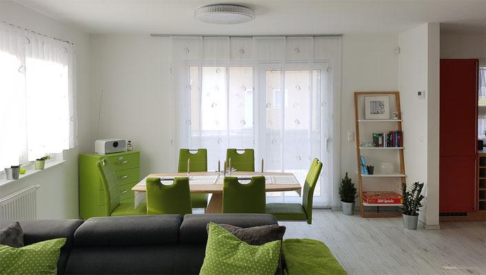 Wohnzimmer mit Essecke für 6 Personen