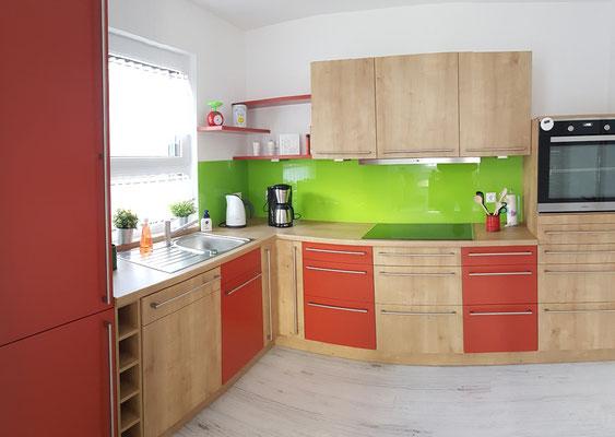 Küche mit Backofen, Kochfeld, Geschirrspüler, Kühl- und Gefrierschrank, Mikrowelle, Toaster, Wasserkocher, Kaffeemaschine