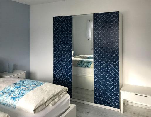 Blaues Schlafzimmer mit Doppelbett und TV