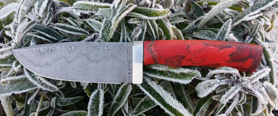 Jagdmesser aus 284 Lagen wildem Damast, robuste satinierte Edelstahl Zwinge, gestockte rot stabilisierte Buche