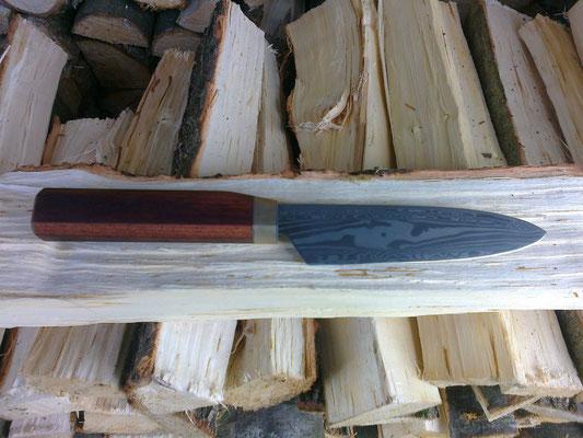 3 aufgesohlte Bahnen (1x Torsion, 2x wilder Damast), Griff aus Yatoba Holz mit Messing und Edelstahl Einlagen