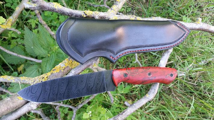 DLC Beschichtetes Jagdmesser aus 33 Lagen Torsionsdamast, Griff aus rot gestockter Buche, zusätzlich Verschraubt