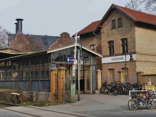 Die Alte Mälzerei hinter den Bahnhofseingangsgebäuden Lichtenrade