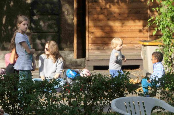 Kinder spielen in der Sonne