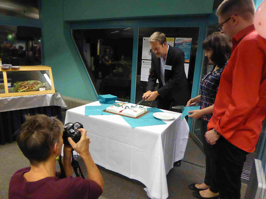 Das Anschneiden der Geburtstagstorte durch Bibliotheksleiter Ruhnke