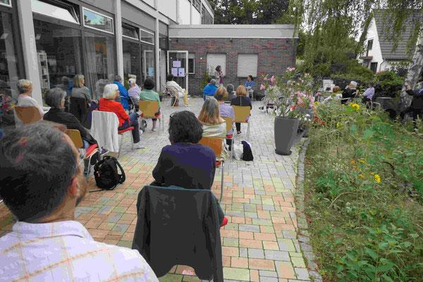 Das Publikum mit Abstand auf der Terrasse.