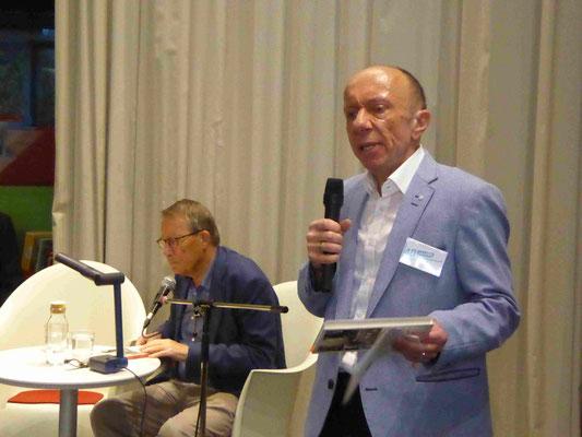 Der Freundekreisvorsitzende Frank Sommer als Moderator bei der Lesung mit dem Berliner Schriftsteller F.C. Delius