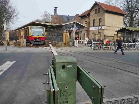 Bahnschranken und die Alte Mälzerei hinter den Bahnhofseingangsgebäuden Lichtenrade