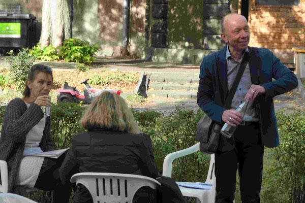 Freundeskreisvorsitzender Herr Sommer spricht mit den Autorinnen