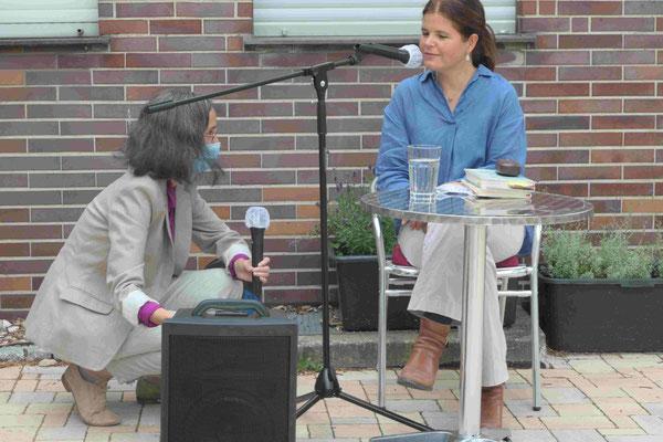 Die Hausherrin, Frau Dr. Vera Gitschmann, begrüßt die Schriftstellerin Julia Franck.