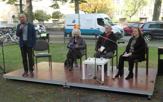 """Herr Sommer stellt Vereinsmitglieder vor, die """"BuchGesichter"""" vortragen"""