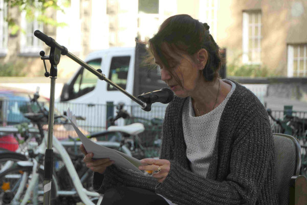 Frau Bernatte Conrad liest als Erste