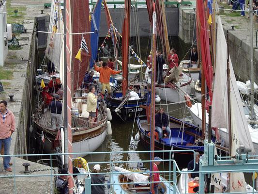 Les voiliers dans le sas de l'écluse de Lyvet