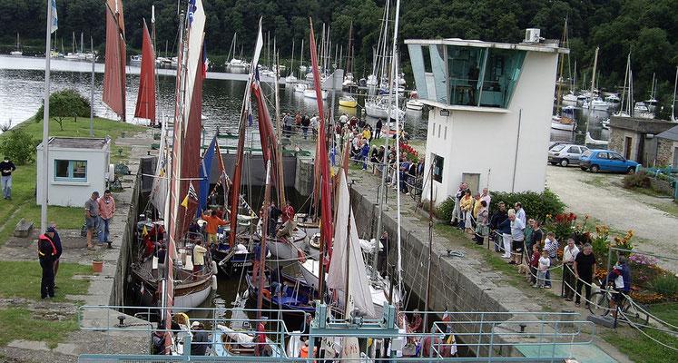 bateaux au passage de l'écluse de Lyvet