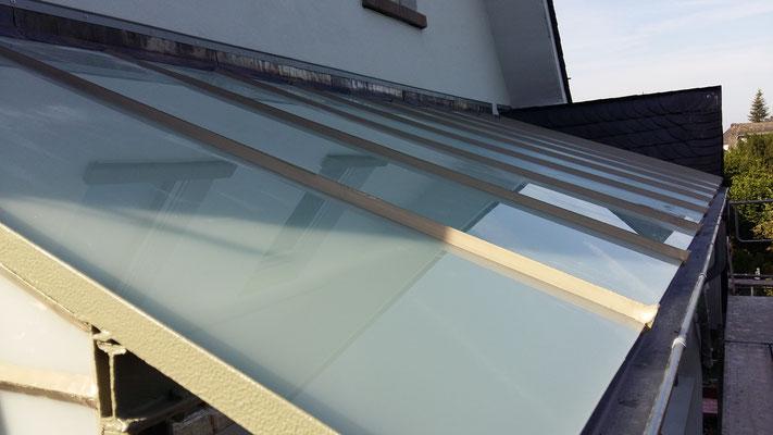 Balkonüberdachung mit Befestigung