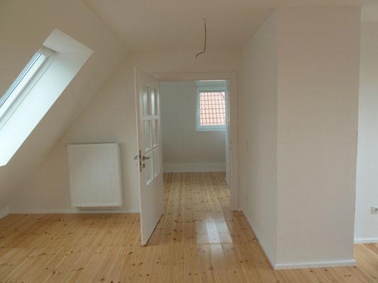 Dachgeschoss mit geschliffenem und versiegeltem Dielenboden nach der Sanierung