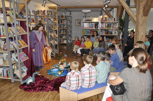 Märchenstunde zur Einweihung der Bücherei