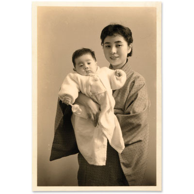 昭和30年代、写真館にて撮影された写真(モノクロプリント 10.9×7.2cm)