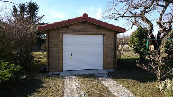 Garage Roger 19 m² madriers 44 mm traité gris, portes sectionnelles isolées , fenêtres et portes d'entrée avec double vitrage (3/6/3)