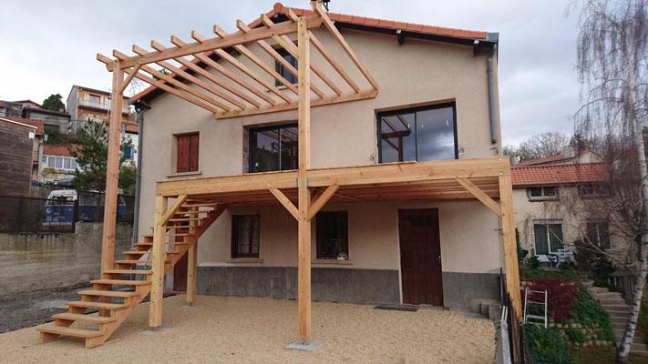 Terrasse suspendue + pergola ; l'ensemble à était fabriquer sur mesure.