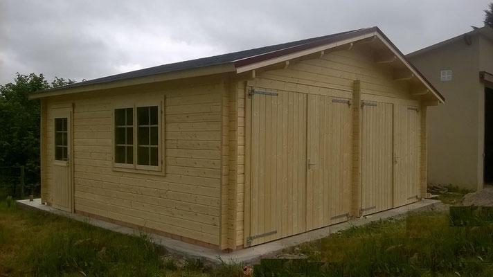 Garage Roger 28.4 ² madriers 44mm, double porte en bois, fenêtres ET portes d'entrée en double vitrage (3/6/3)