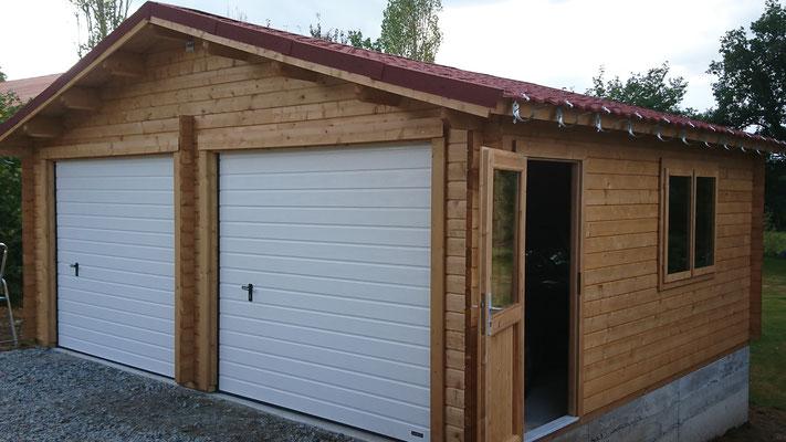 Garage Roger 28.4m² traité brun madriers 44 mm, portes sectionnelles isolées, fenêtres et  portes d'entrée avec double vitrage (3/6/3)