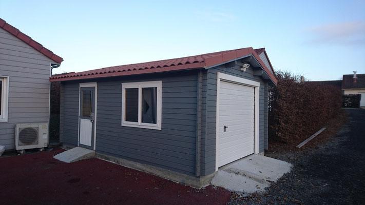 Garage Roger 19 m² madriers 44 mm, portes sectionnelles isolées , fenêtres et  portes d'entrée avec double vitrage (3/6/3)