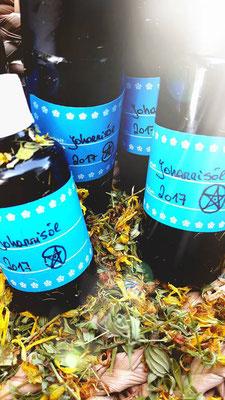fertiges Johanniöl, abgefüllt und mit Datum und Schutz und Segenssymbol beschriftet