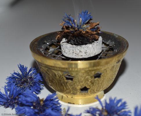 getrocknete Kornblumen und ihre Rauchschwingung