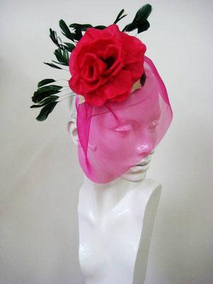 hatdesigner Anja Kaninck / Fascinator · headpiece / Hochzeit · Braut · Brautschleier / Tüll · Seidenrose · Federhut · Federschmuck · Federgesteck / rot · pink / Hamburg