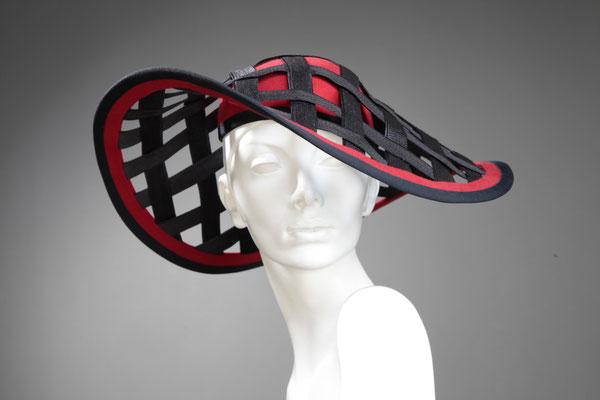 Hut Design Anja Kaninck / Damenhut · Sommerhut · Derbyhut · headpiece  / extravagant · durchbrochen · elegant / rot · schwarz / Hamburg