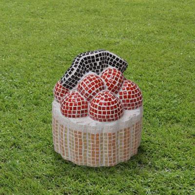 """""""Petit-four"""", 2012, Modell für eine Gartenplastik, Gips, Mosaik"""