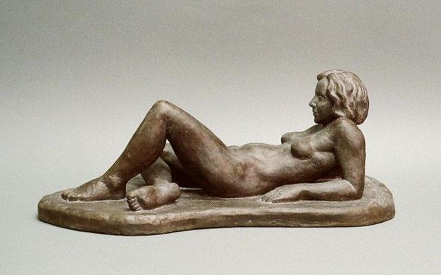 """Liegender Akt"", 2011, 63x30x22cm, Ciment fondu (Schwarzbeton)"