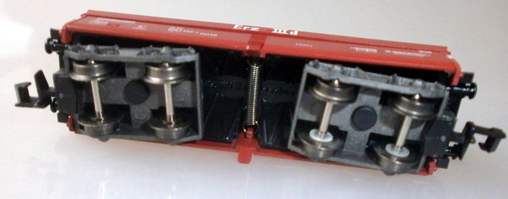 Fleischmann N 8520 Großraum Selbstentladewagen von unten