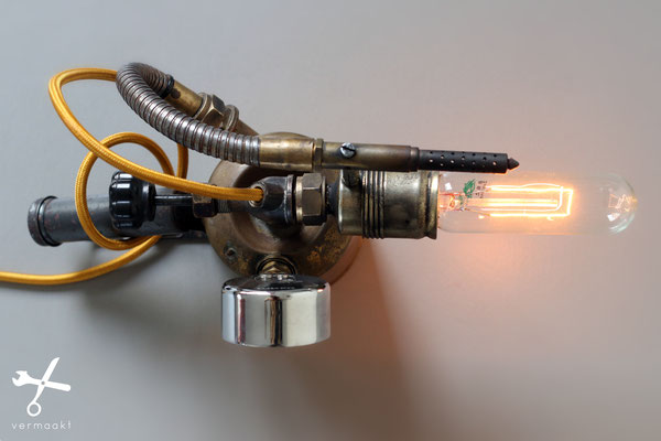 Vermaakt: steampunk flamethrower lamp