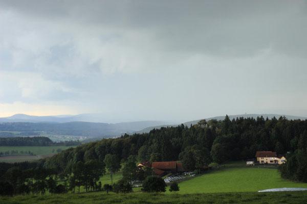 Mittagspause an der Steinwand in der Nähe von Fulda