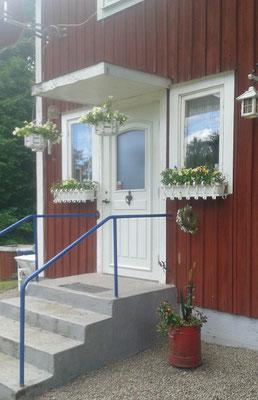 Hauseingang mit neuer Tür und neu gestrichener Fensterumrandung