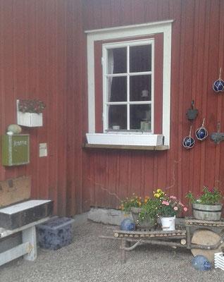 Rechte Hausecke mit neuem Fenster