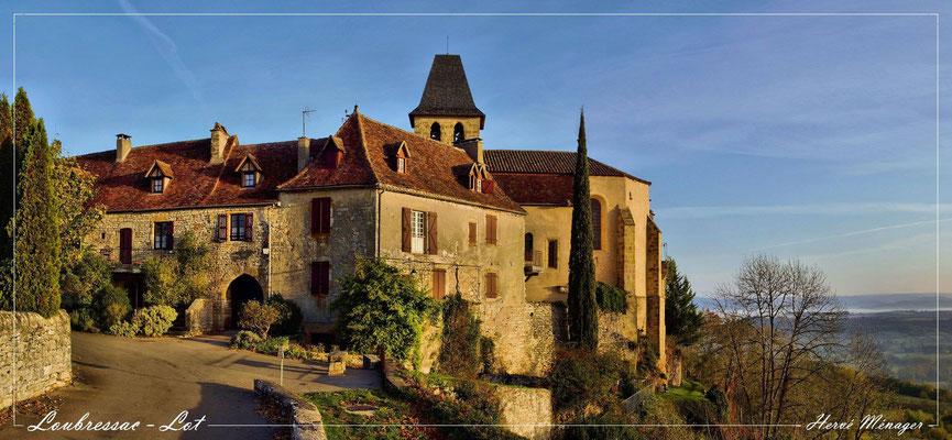 On aperçoit l'église de Loubressac