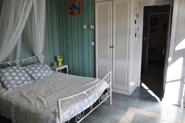La chambre qui donne sur la salle de bain puis sur la chambre principale