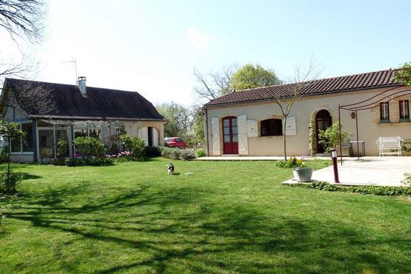 Le jardin, la maison à droite et le gîte à gauche