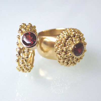 Ring Gold 750, Granat; Ring mit Kügelchenkranz, Silber goldplattiert, Granat