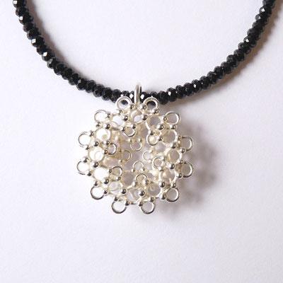 Anhänger rund, zwei Schichten, Silber, schwarze Spinellkette