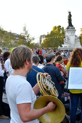 Orchestre debout, Place de la République