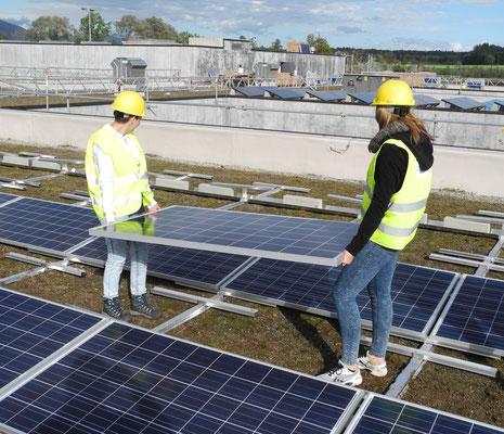 Schülerinnen beim Bau des Solardaches auf dem Oberstufenzentrum oz13, Subingen - 2014