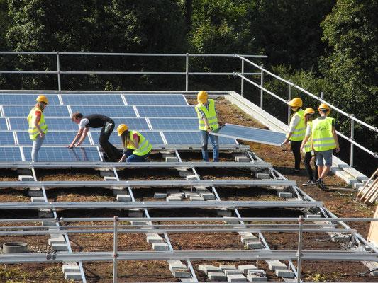 Schüler/innen beim Bau des Solardaches auf dem Oberstufenzentrum DeLu, Derendingen- 2013